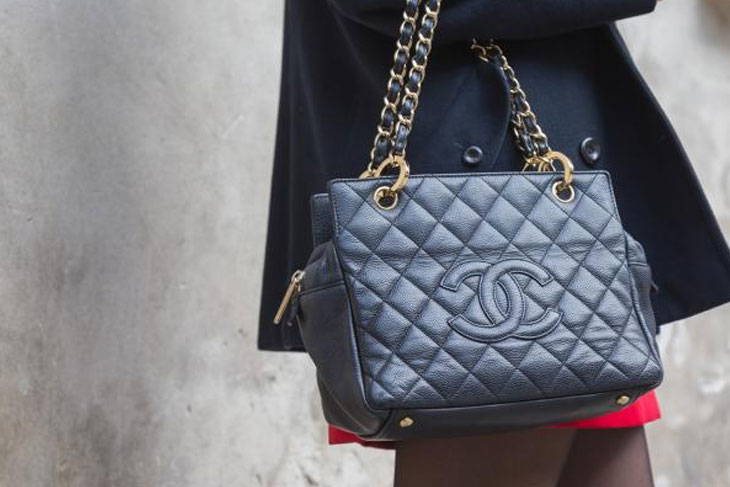 girl wearing chanel bag